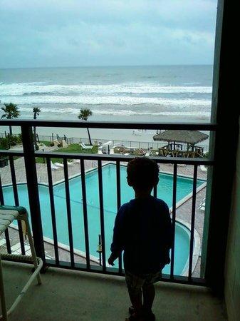 Hawaiian Inn : Looking off the balcony.