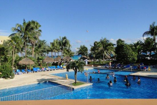 Viva Wyndham Azteca: La vista de la pileta y al fondo la playa, desde el bar 25 hs. :)