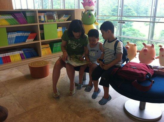 The Suites Hotel Gyeongju: 아동 도서가 있는 공간
