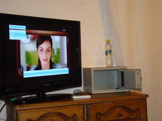 Passaro Suites Hotel: tele y caja fuerte