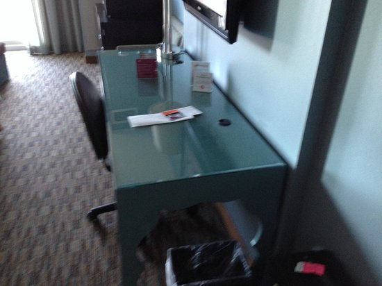 Crowne Plaza Chicago O'Hare: Office desk in room with television on wall.