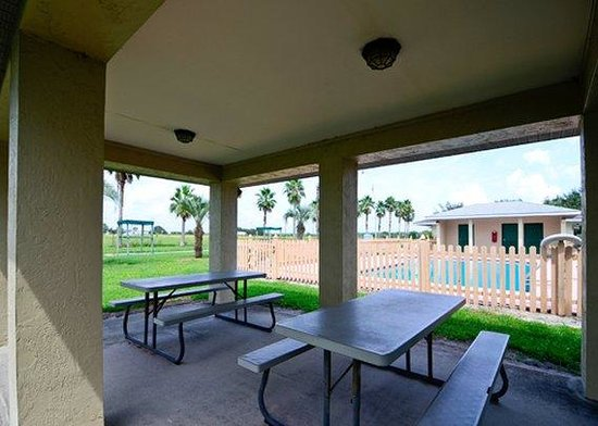 Rodeway Inn & Suites: patio
