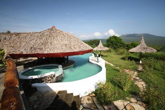 Hacienda Puerta Del Cielo Eco Spa: Pool and Volcano in background