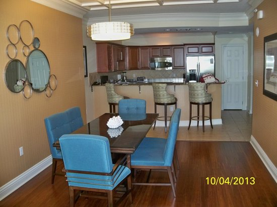 Emerald Grande at HarborWalk Village: Dining room and kitchen