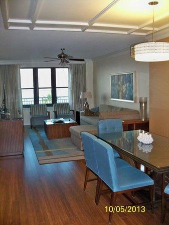 Emerald Grande at HarborWalk Village: Living room