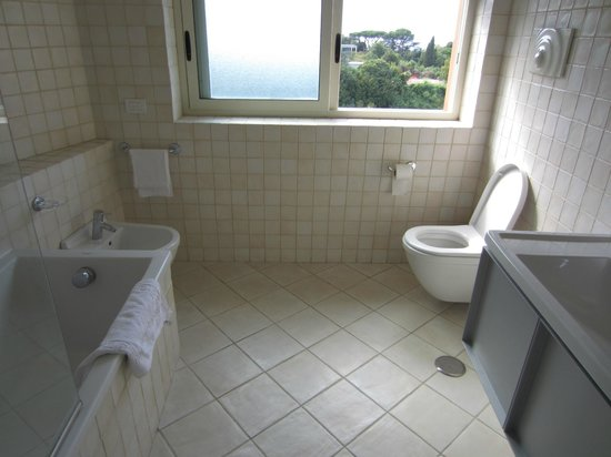 Hotel dei Congressi: Spacious Bathroom