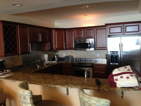Emerald Grande at HarborWalk Village: Kitchen