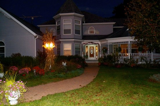 Cameo Rose Victorian Country Inn B&B: Beautiful October Evening