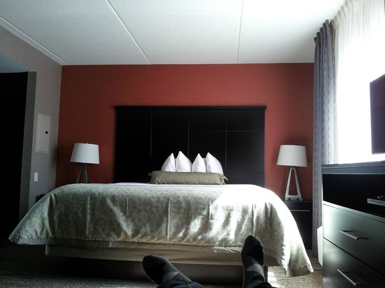 Staybridge Suites Hamilton - Downtown: Bed