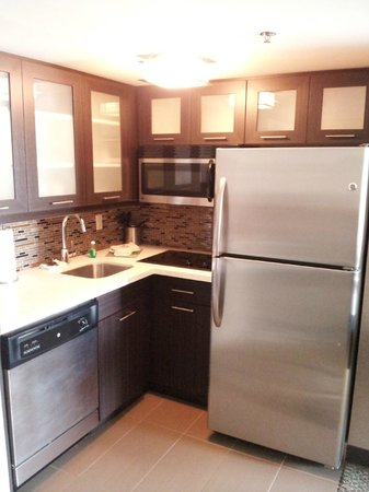 Staybridge Suites Hamilton - Downtown: Newly furnished kitchen