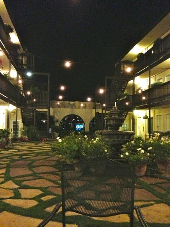 Ocean Beach Hotel: Sitting in the courtyard at night