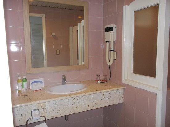 Sol Sirenas Coral Resort: bathroom