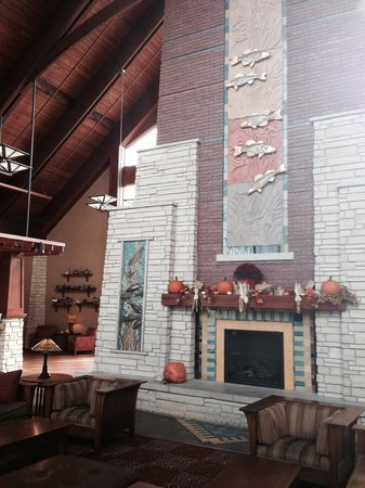 Honey Creek Resort State Park: Main lobby seating and fireplace