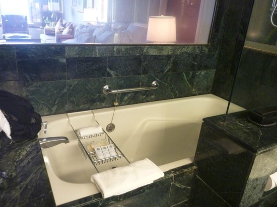 St. Regis Princeville Resort: Bathroom tub-shower