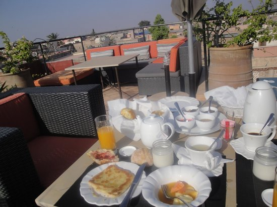Riad La Villa Marrakech: DELICIOUS breakfast served on the rooftop terrace
