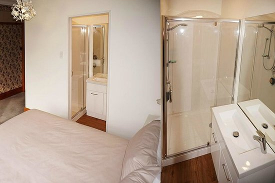 Gingerbread Lodge Bed & Breakfast: Queen room with private bathroom