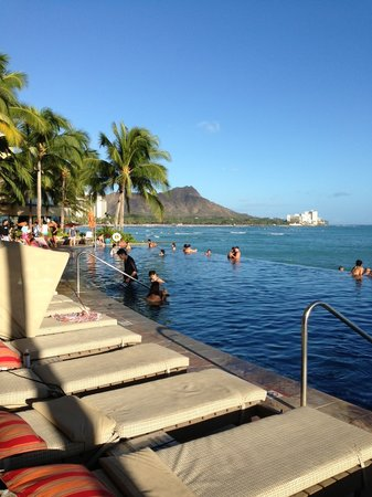 Sheraton Waikiki: Infinity pool for adults view - packed always