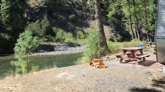 Squaw Rock Resort: Camping along the river