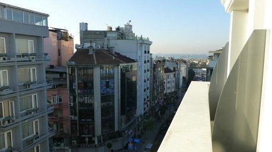 Istanbul Royal Hotel: View from the 6th floor balcony towards the sea