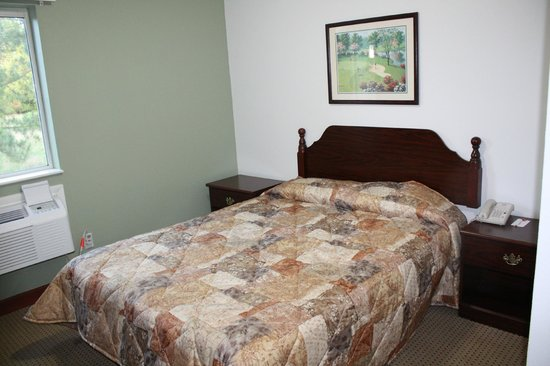 Econo Lodge Inn & Suites Carrollton Smithfield: Queen Suite Guest Room (Newly Renovated)