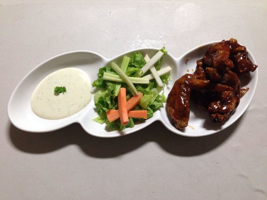 Shots Sports Bar: bbq chicken wings!!