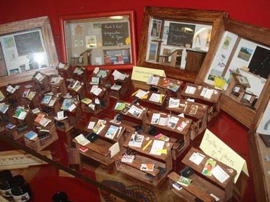 Saint-Clar, França: Grand choix dans la boutique : plumes, encre, ardoises, miniatures faites main, livres, images..