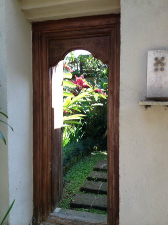 Barong Resort and Spa: view into bungalow courtyard