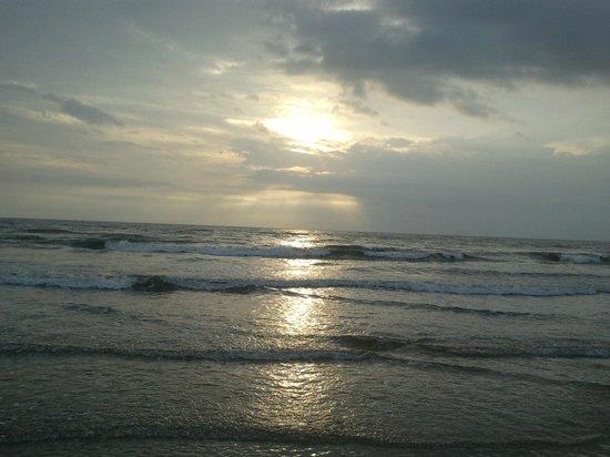 Cavelossim Beach: sunset around 6pm.. best time to visit