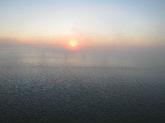 Hotel Du Guesclin: vue de face de la chambre au lever de soleil