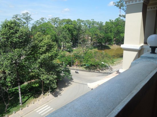 Angkor Sayana Hotel & Spa: Looking down from our room to the river and the bridge. Lovely leafy outlook.