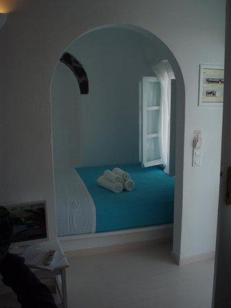 Zenith Blue: Ett av sovrummen med utsikt mot Fira