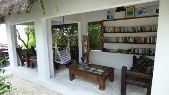 Red Monkey Beach Lodge : Library with travel books