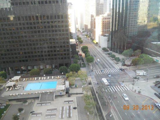 The Westin Bonaventure Hotel & Suites: Vista de la piscina desde la habitación
