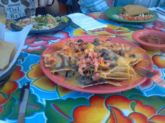 Cholos Homestyle Mexican Restaurant: 手前:ブラックビーンズのナチョス、奥にはシーフードのタコスなど