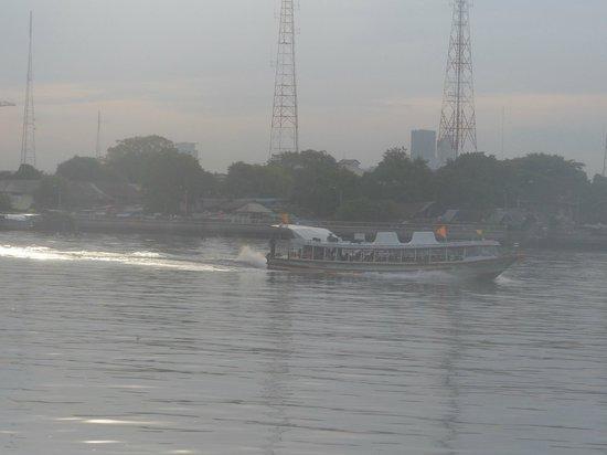The Royal River Hotel : Navigation devant l'hôtel sur la rivière Chao Praya