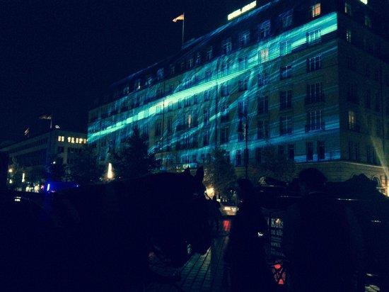 Hotel Adlon Kempinski : Hotel front laser light show