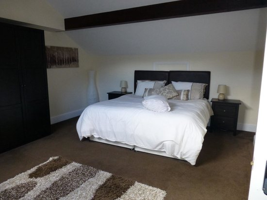 Coed-y-Celyn Hall : Our lovely bed