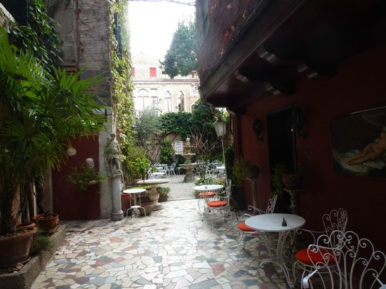 Hotel Flora: The back courtyard