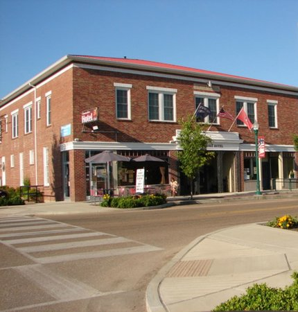 Commodore Hotel Linden: The Commodore Hotel in Linden, TN