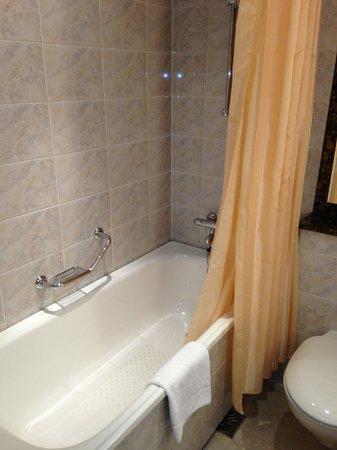 AZIMUT Hotel Olympic Moscow: bathroom shower tub