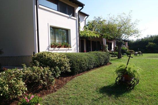 B&B Villa Beatrice: Уютный двор с местами для завтрака