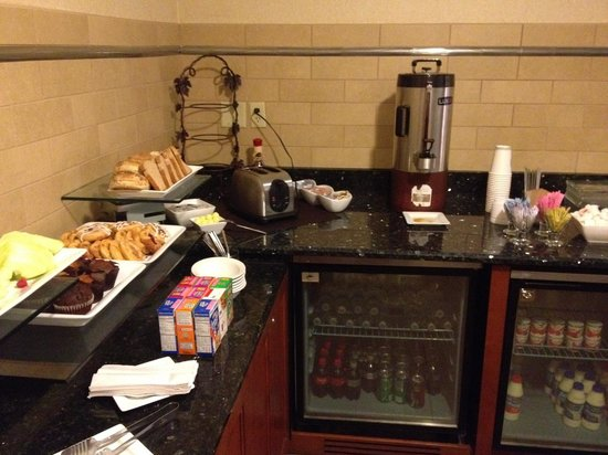 DoubleTree DFW Airport North: Breakfast, Executive Lounge II of II. Serves Fresh Fruit and Starbucks