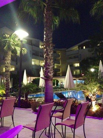 Side Resort Hotel: Vid baren med utsikt över poolen.