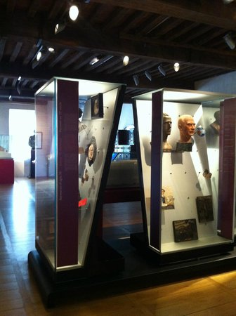 Musée Basque : Expensive but clever display cases