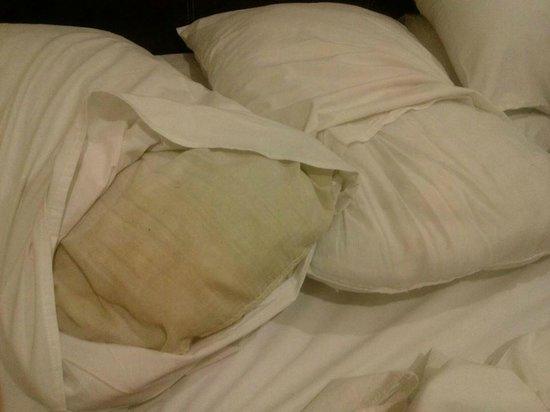 T-Hotel Johor Bahru: Filthy pillow!