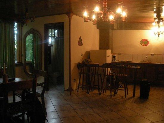 Hotel Costa Verde: Habitación, zona cocina y baño