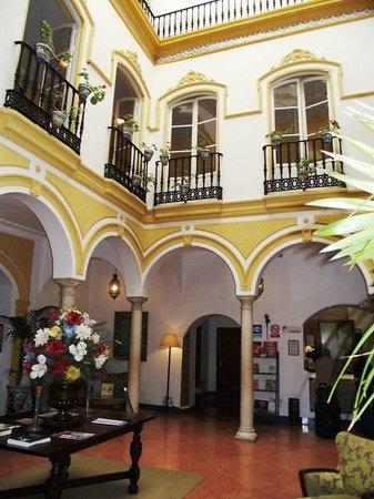 Hotel Abanico Sevilla: Le patio en entrant