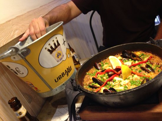 Urban grill: Paella (€24 for 2 people) and a bucket of 4 small beers (€5)