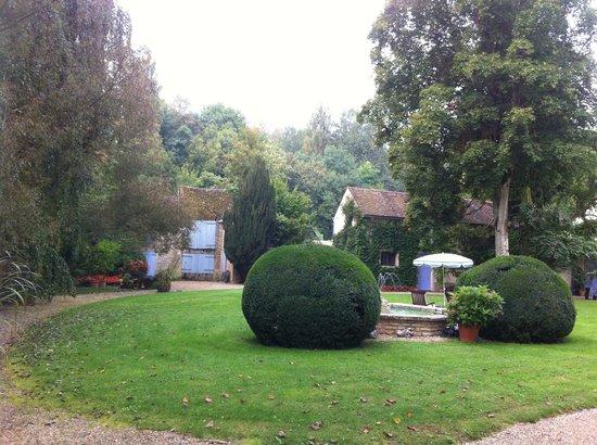 Chateau de Challanges: Front garden