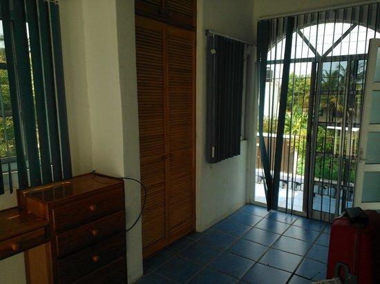Casa Azul Puerto: closet space and a lovely balcony